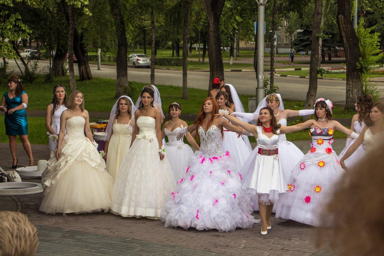 Традиционный парад собрал на улицах Новокузнецка 60 девушек в свадебных платьях. Причём к обряду бракосочетания это мероприятие имело весьма опосредованное