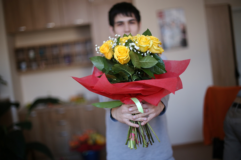 Как подарить букет цветов девушке, цветы
