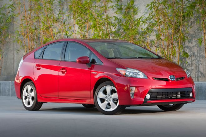 2014-toyota-prius-three-quarters-front-view-001.jpg