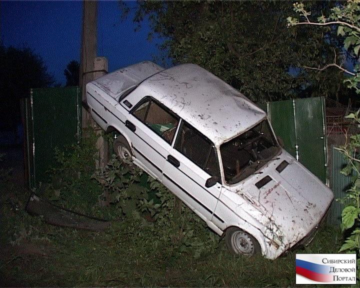 """В Кемерове в результате ДТП """"шестерка"""" повисла на заборе частного дома"""