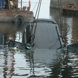 Кемеровские спасатели достали из Томи затонувший автомобиль