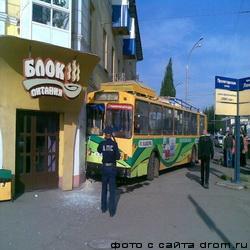 В Кемерово троллейбус врезался в  жилой дом (ФОТО)