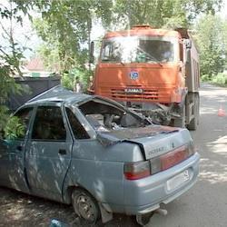 КАМАЗ протаранил «десятку» с пассажирами в Кемерове (ФОТО)