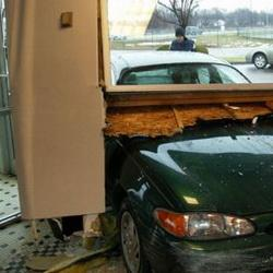 В Анжеро-Судженске автомобиль на полной скорости врезался в частный дом