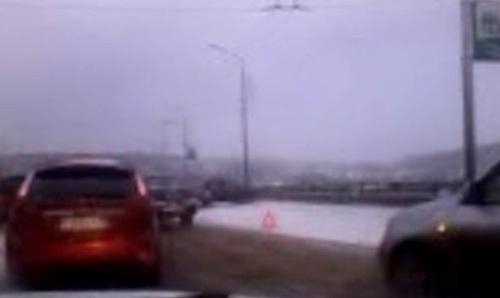 На Кузбасском мосту очередное ДТП и пробка (ВИДЕО)