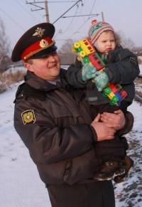 Аман Тулеев наградил полицейских за спасение ребёнка из-под колёс поезда