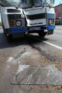 В Кемерове маршрутка столкнулась с автобусом и загорелась