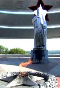 В Юрге вандалы сожгли траурные венки и чуть не взорвали мемориал павшим во время Великой Отечественной войны (фото)