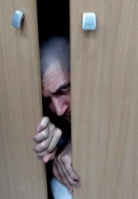 В Берёзовском рецидивист прятался от полицейских в шкафу