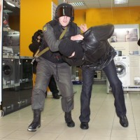 Житель Полысаева пытался подменить золотую цепочку в магазине