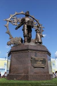 В Барнауле появился памятник крестьянину-переселенцу