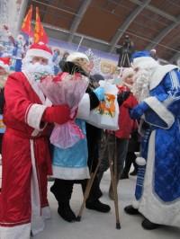На флешмоб Дедов Морозов в Кемерове Снегурочка пришла на костылях