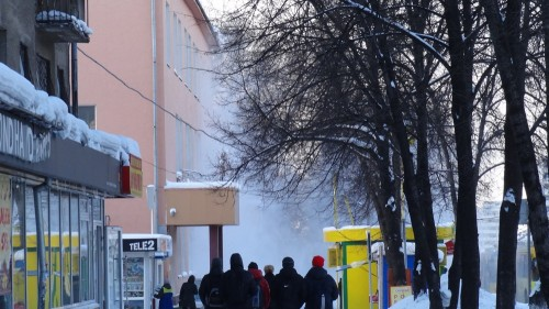 Снежная лавина с кемеровской крыши чуть не накрыла компанию школьников