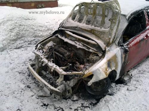 """В Белове очевидцы сняли, как сгорела новенькая """"Тойота"""" (18+)"""