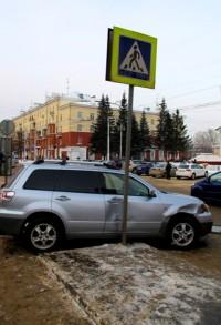 ДТП в центре Кемерова: «японец» не разъехался с дорожным знаком (фото/видео)