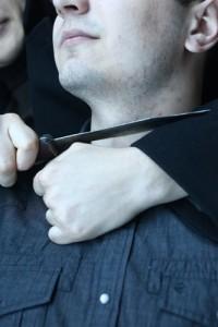 Приставив к горлу узбека нож, кемерованин поставил его на колени и заставил просить прощения