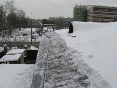 В Новокузнецке погиб рабочий, убиравший снег с крыши