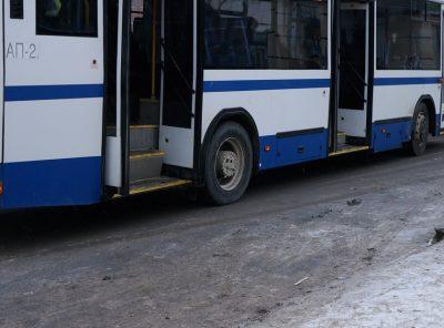 В Новокузнецке кондуктор высадила из автобуса потерявшую сознание девушку