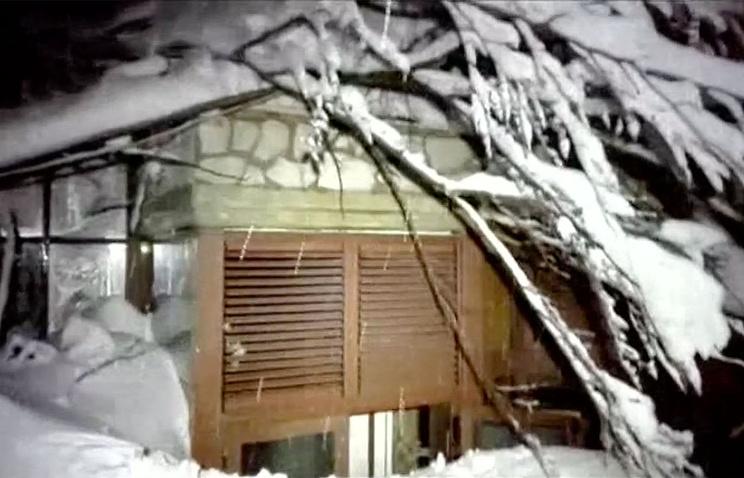 «Никто неоткликается»: обнародовано видео изпогребенного под лавиной итальянского отеля