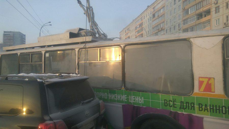 Появилось видео столкновения троллейбуса, маршрутки и Тойота вКемерове