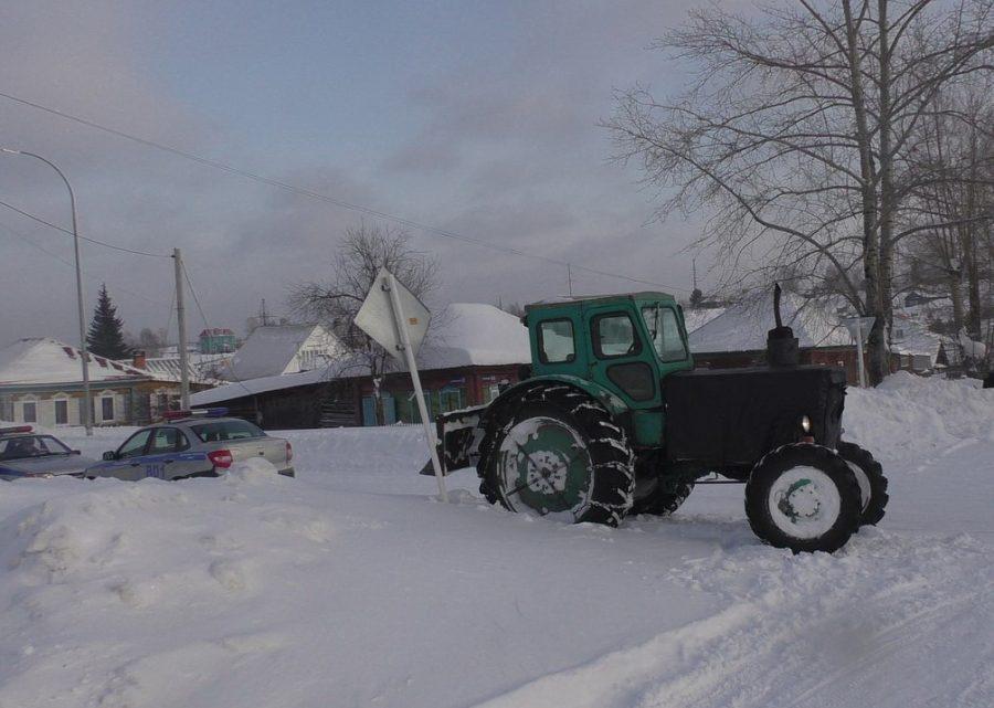 ВКузбассе нетрезвый тракторист снёс дорожный знак, пытаясь убрать улицу
