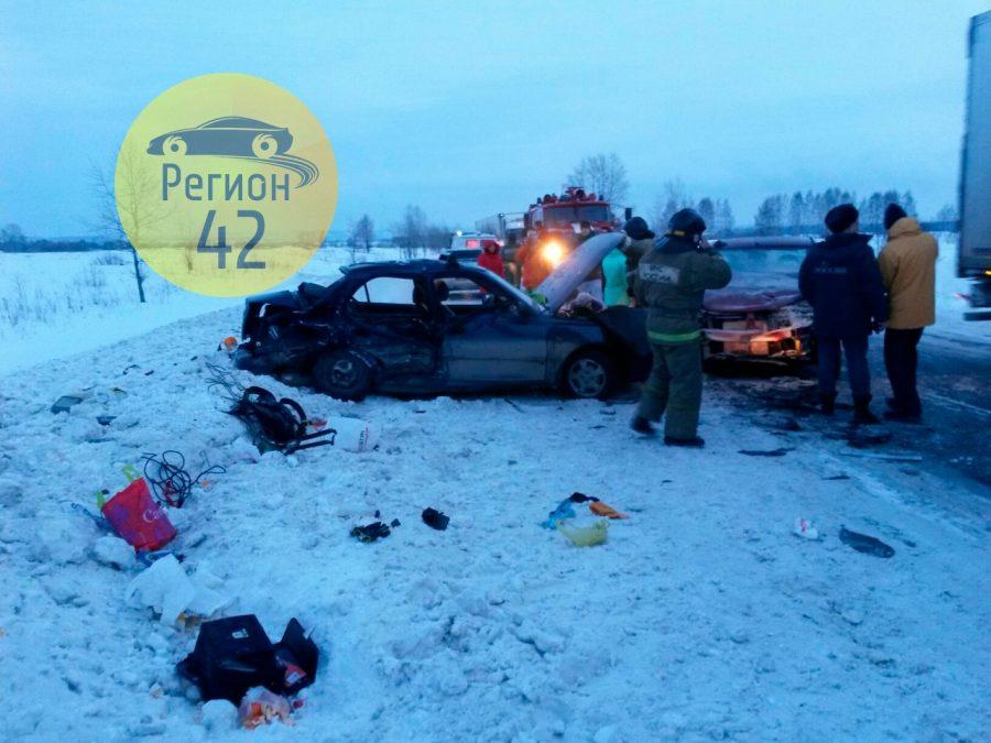ВКемеровском районе влобовом ДТП умер человек, шестеро травмированы