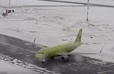 В Сети опубликовали видео с «дрифтующим» самолётом в аэропорту Новосибирска