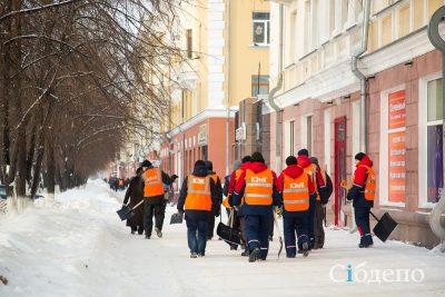 Сотрудники КЭНК помогли очистить центр Кемерова от снега