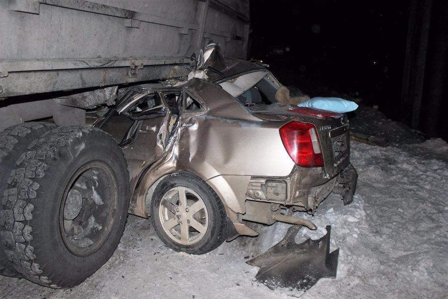 Всети интернет появились кадры смертельной трагедии сКамАЗом и Шевроле вКузбассе