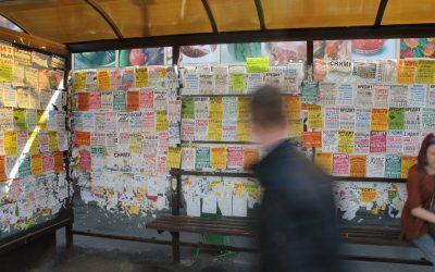 В Кемерове предприниматели незаконно размещали на остановках рекламу ломбардов