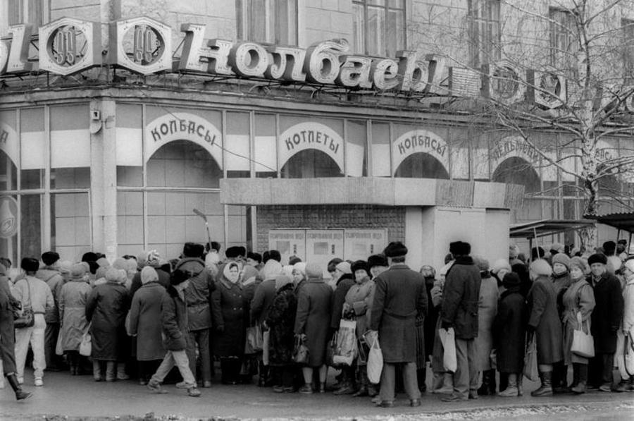 В наше время колбаса – повседневная еда, на праздничные столы её редко подают. А вот в Советском Союзе было иначе, по крайней мере, в нашей дремучей провинции. В 80-е даже «Докторская» была желанным гостем на новогоднем пиру. Так вот, вопрос: какой сорт колбасы никак не мог появиться на столе честного советского гражданина?
