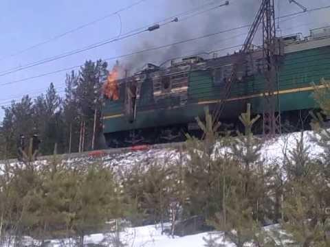 Наперегоне вКузбассе вспыхнул грузовой локомотив