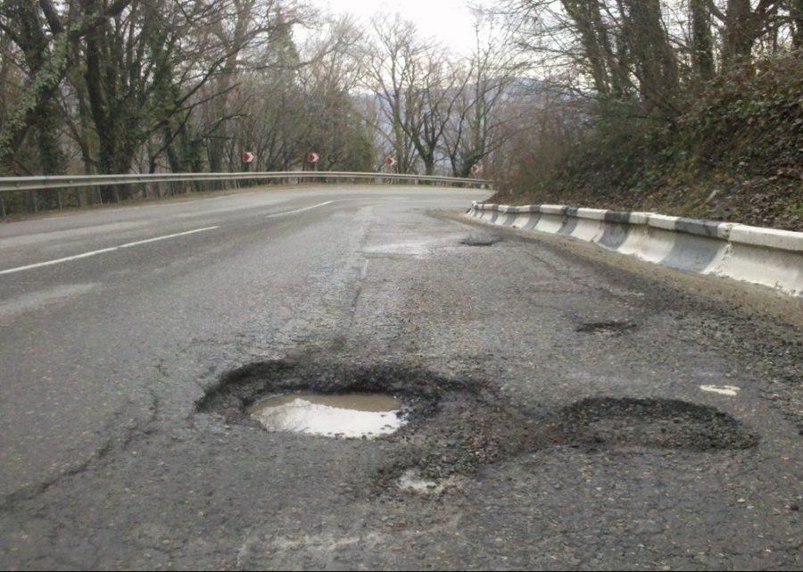 Кемеровчанин засудил дорожную компанию завыбоину напроезжей части