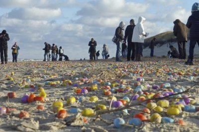 В Северном море на берег острова выбросило несколько тысяч киндер-сюрпризов