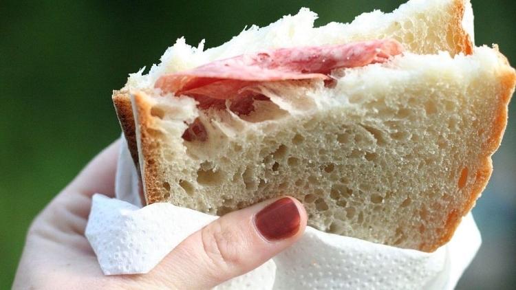 ВСоединенном Королевстве Великобритании беременную стюардессу компании EasyJet сократили засъеденный бутерброд