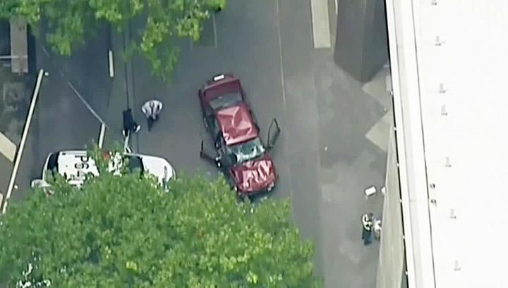 Мельбурн: автомобиль ехал потротуару, сбивая людей