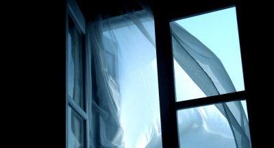 Новокузнечанин выпал из окна пятого этажа и выжил