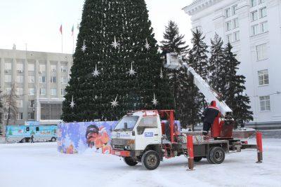 В Кемерове начали демонтировать новогоднюю ель на площади Советов