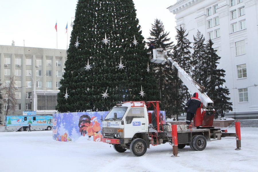 ВКемерове начали демонтировать новогоднюю ель наплощади Советов
