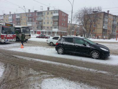 В Кемерове в столкновении троллейбуса и Peugeot пострадали два человека, в том числе и ребёнок