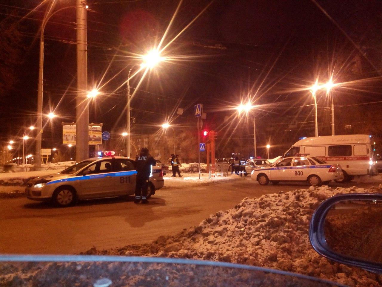 ВКемерове автомобиль Инфинити протаранил машину ДПС