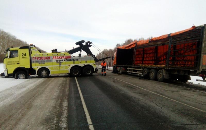 В Кузбассе сотрудники ГИБДД помогли замерзавшему водителю перевернувшейся фуры