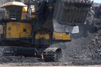В Кузбассе «Разрез «Трудармейский Южный» начал добычу угля. За год предприятие намерено выдать на-гора 1,5 тонн угля, а в 2018 году выйти на проектную мощность в 2,5 млн тонн. Как сообщает пресс-служба областной администрации, на строительство инфраструктурных и иных производственных объектов компания направит за год 450 млн рублей. На разрезе планируют создать 200 дополнительных профильных рабочих мест со среднемесячной зарплатой 44 тыс. рублей и не менее 500 рабочих мест – за счёт привлечения подрядных организаций. Отмечается, что на обеспечение безопасных условий труда предприятие направит один млн рублей.
