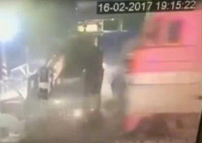 Пьяный иркутский водитель на автокране решил проскочить переезд и столкнулся с поездом