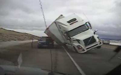 Опрокидывание фуры на полицейскую машину из-за ветра в США попало на видео