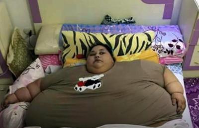Спасатели сломали стену и пригнали кран, чтобы вытащить из дома самую толстую женщину планеты