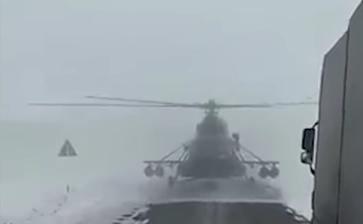 Видео: в Казахстане пилот посадил военный вертолёт на трассу, чтобы спросить дорогу