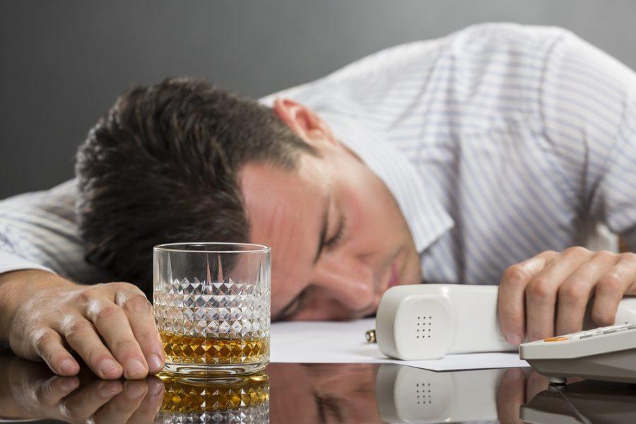 Граждане Новосибирска поведали, как часто они пьют наработе