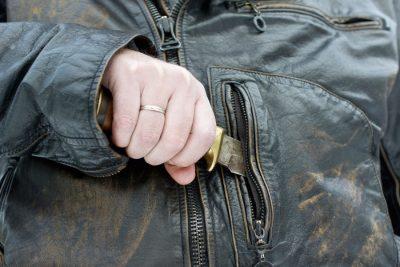 Кузбасский полицейский получил удар ножом, но задержал преступника
