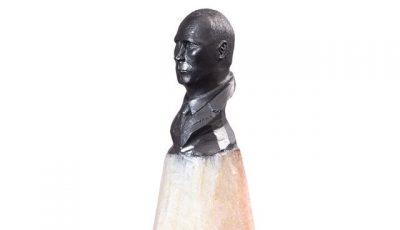 Художник из Уфы Салават Фидай вырезал бюст Путина на кончике карандаша (видео)